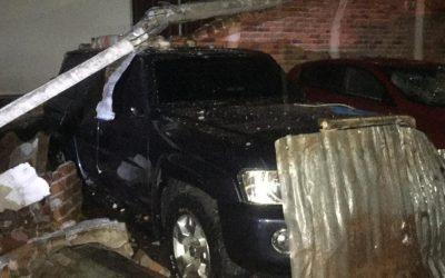 La caída de un muro en el barrio La Pola, en Ibagué, aplastó varios carros y afectó otros